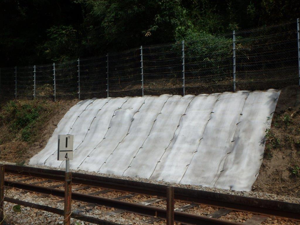 【事例】高速道路・鉄道脇の防草に革命!水をかけるだけでコンクリート面をつくる膜