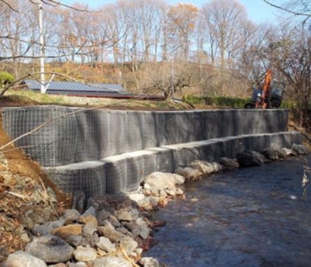 【事例紹介】河川護岸工を熟練工不要で短工期に施工できるマックスウォールの活用事例