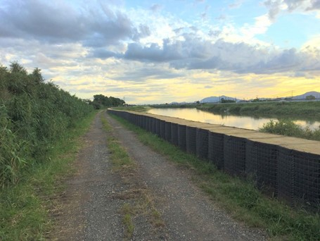 【台風被害対策】確実な治水効果を発揮する『連続箱型仮堤防』の活用事例