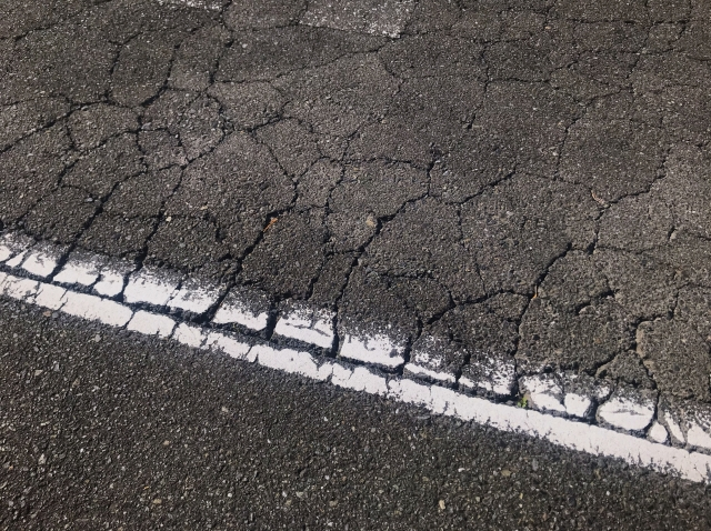 【徹底ガイド】コンクリート・アスファルトの補修材の使い方