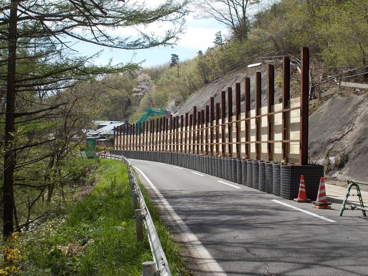 仮設防護柵の課題と解決策 │ 路面に穴を開けない低コスト・短工期の新工法とは
