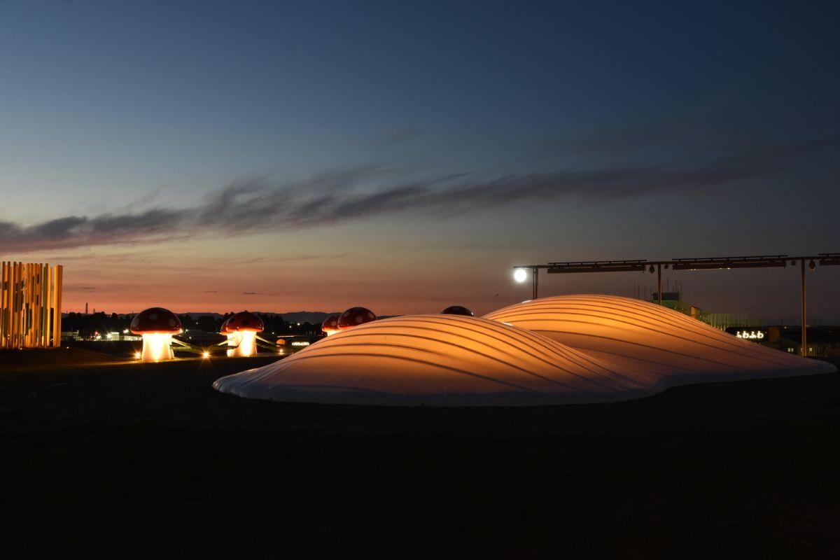 美術館の屋上に光るふわふわドームが出現