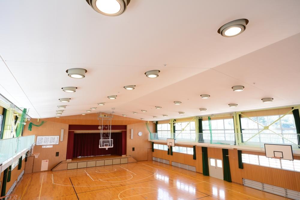 多くの施設で採用されている吊り天井のメリット・デメリットとは