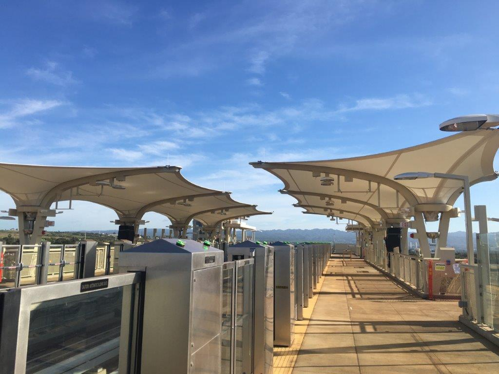 ホノルル・レール・トランジットの駅舎に膜構造採用