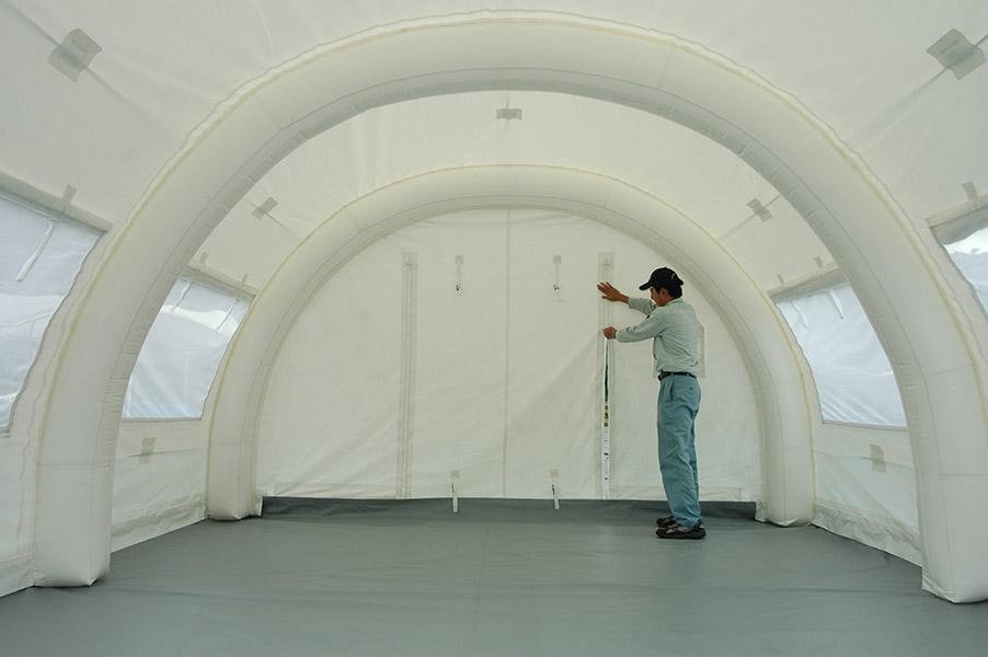 屋内の空間を区切り、安心・安全を実現する「屋内制御マク」