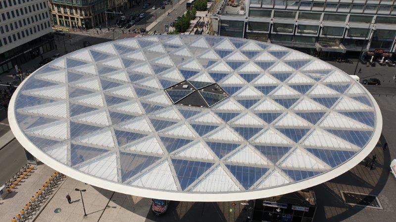 ブリュッセル市シャルル・ロジェ広場に大型の日よけ構造が完成