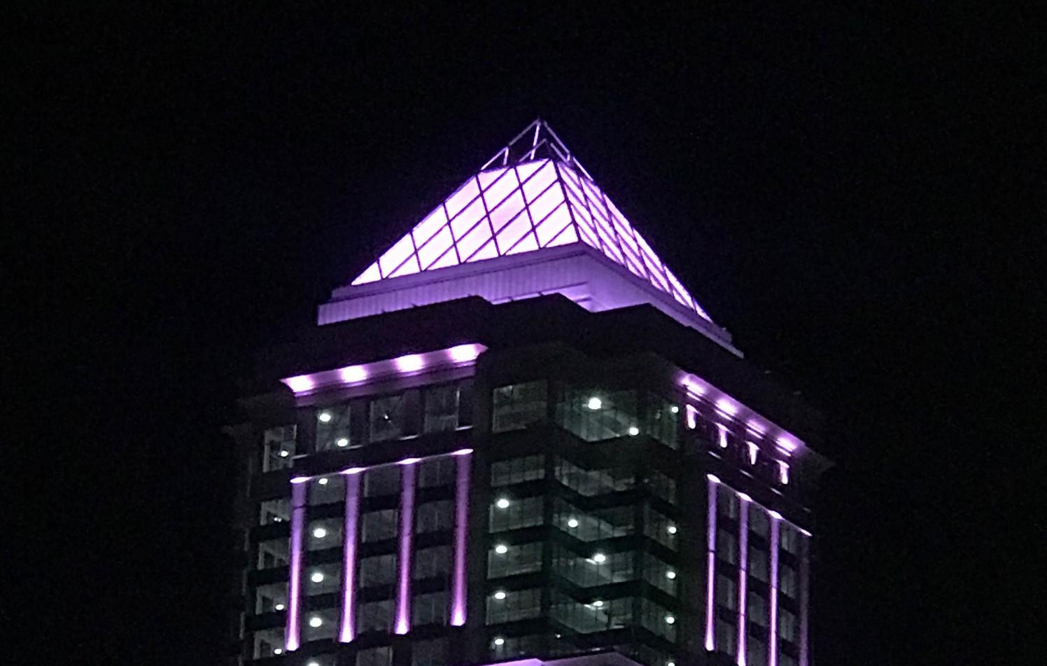 高層ビル屋上にETFEフィルムのピラミッドが完成